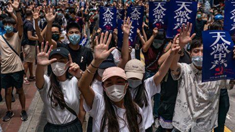 """Hongkongská rada jedná ozákonu, který má trestat kohokoliv za """"zkreslené čineuctivé"""" zpívání čínské státní hymny"""