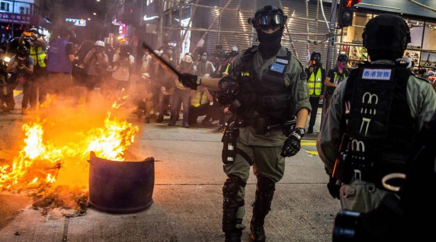 Policie v ulicích Hongkongu během pro-demokratických protestů, 27. května 2020 (Isaac Lawrence / AFP via Getty Images)