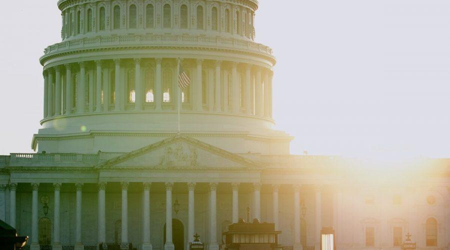 Vlajka Spojených států amerických vztyčená na budově Kapitolu, 13. května na znamení úcty k zakladateli Falun Gongu panu Li Hongzhimu. (York Du / The Epoch Times)