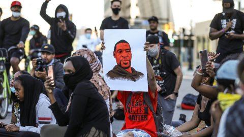 USA: Bratr zemřelého odsoudil násilné protesty; policie zatkla dceru newyorského starosty