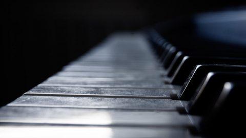 Využijte čas během koronové krize anaučte se hrát na hudební nástroj