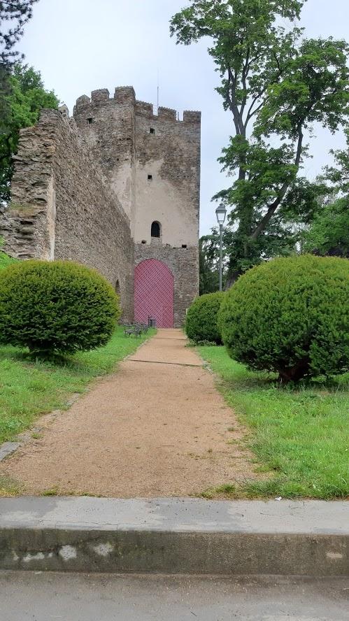 Kolowratská věž se zbytky opevnění v parku.