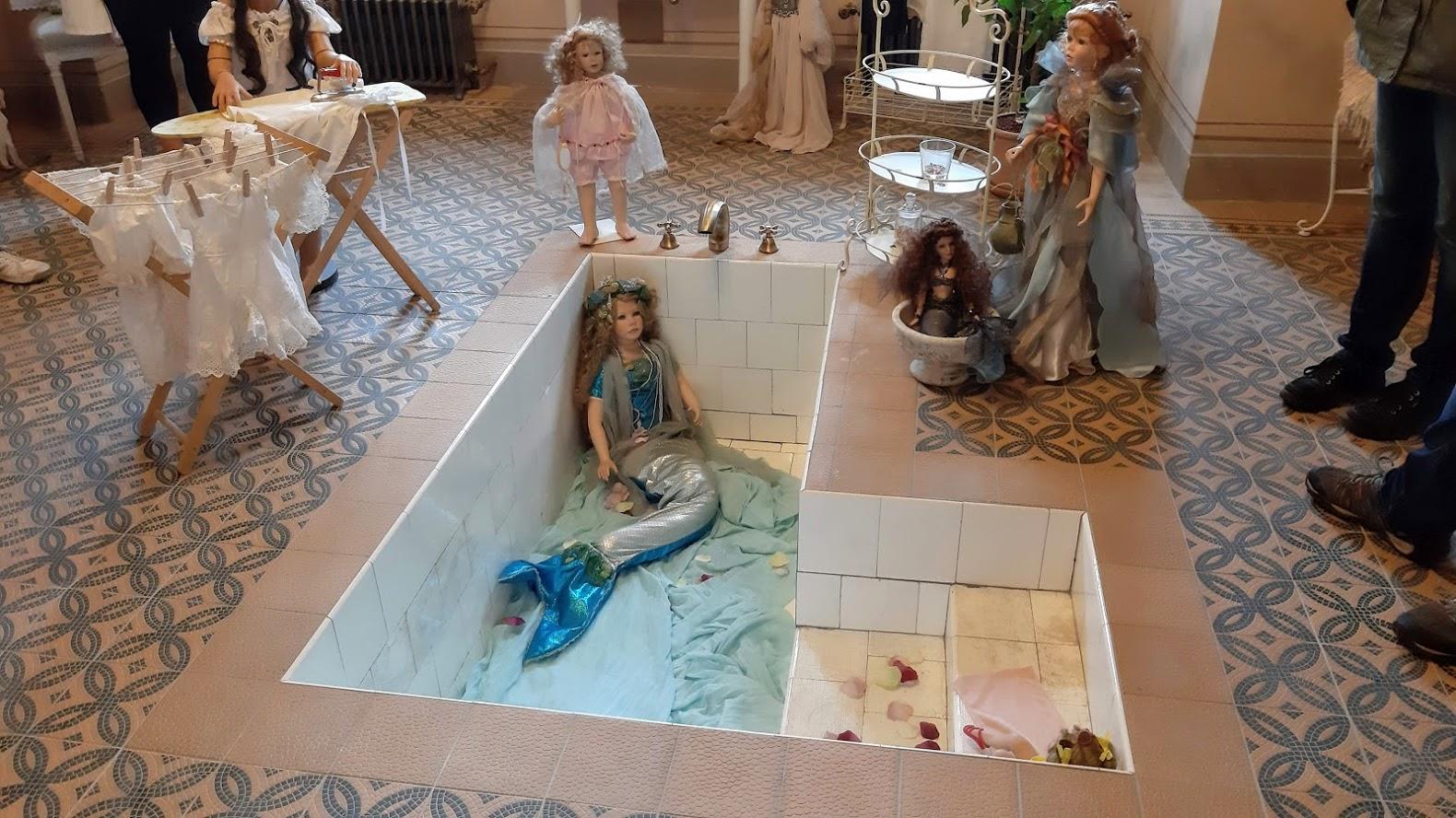 V zámecké koupelně se zatím koupou jen panenky.