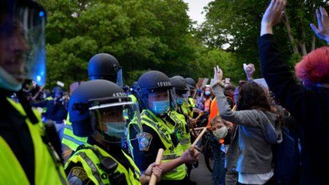 """USA: Vysoká škola """"hluboce lituje"""", že poprotestech dovolila policistům použít své toalety"""