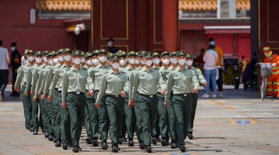 Vojáci lidové osvobozenecké armády pochodují před vchodem do Zakázaného města v Pekingu dne 20. května 2020. (Andrea Verdelli / Getty Images)