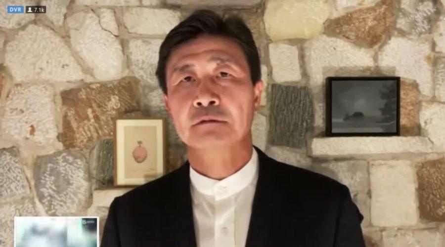 """Čínská fotbalová hvězda Chao Chaj-tung (Hao Haidong) ve videorozhovoru obhajuje svržení komunistické strany a vytvoření """"nového federálního státu Číny"""". Natáčí ze svého domova ve Španělsku, 4. června 2020. (Screenshot / YouTube)"""