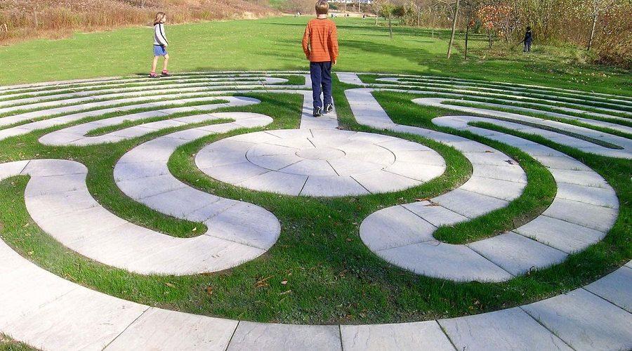 Co je důležitější, morální hodnoty lidí, kteří labyrintem procházejí nebo labyrint samotný? (Volné dílo / Lake Erie Arboretum at Frontier Park)