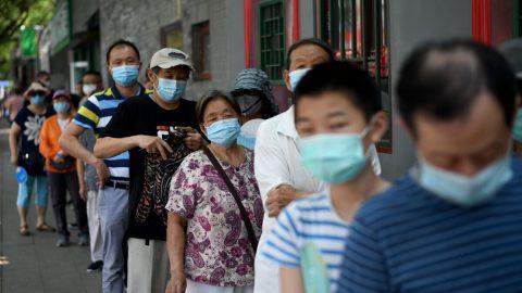 """Peking """"bojuje"""" sdruhou vlnou epidemie, povolal iposily zjiných provincií"""