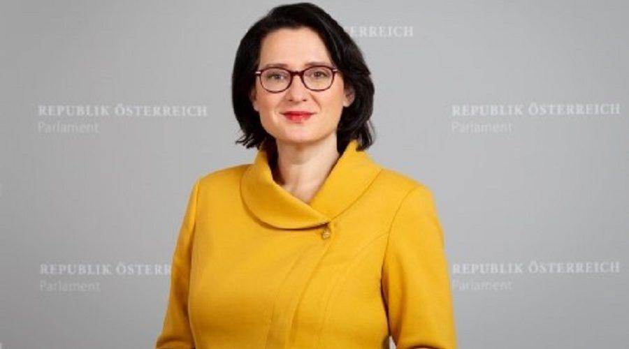 Gurun Kuglerová, poslankyně Národní rady a členka Rakouské lidové strany. V letech 2015–2017 byla členkou rady města Vídně. (© Parlamentsdirektion / PHOTO SIMONIS)