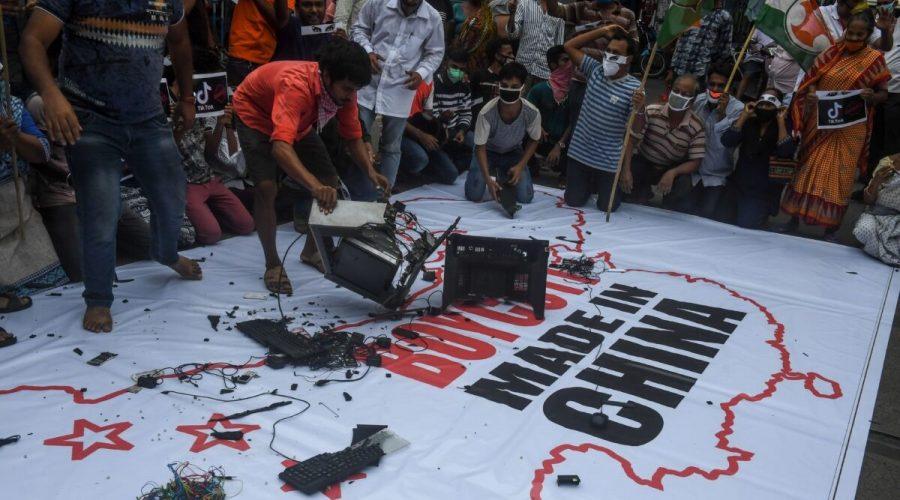 """Příznivci indické kongresové strany vyzývají k bojkotu čínských výrobků. Na vlajce stojí """"Boycott Made in China"""". Demonstrace proti Číně v indické Kalkatě dne 18. června 2020. (DIBYANGSHU SARKAR / AFP via Getty Images)"""