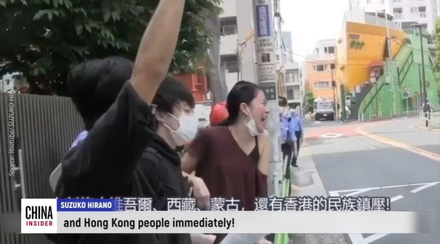"""Japonská herečka a modelka Suzuko Hirano """"první japonská zastánkyně prodemokratického hnutí v Hongkongu"""", křičela z plných plic před čínským velvyslanectvím v Japonsku. (screenshot / YouTube)"""