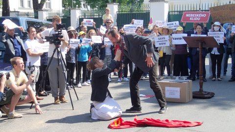 Čeští herci sehráli před čínským velvyslanectvím scénku – soudní proces skomunistickou stranou