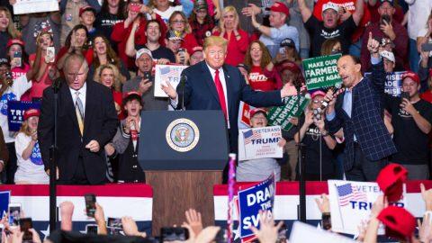 O Trumpův první předvolební mítink popandemii je rekordní zájem