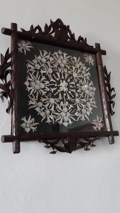 Obrazová mozaika poskládaná z různých odstínů perleti.