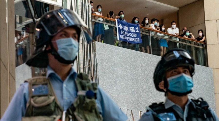 Prodemokratičtí aktivisté v Hongkongu křičí slogany během shromáždění proti zákonu o národní bezpečnosti, 30. června 2020. (Anthony Kwan / Getty Images)