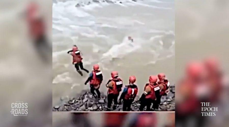 Čínská státní média byla obviněna ze zveřejnění falešné reportáže o hrdinské pomoci členů komunistické strany při záplavách v Číně. (Screenshot z vysílání CCTV)