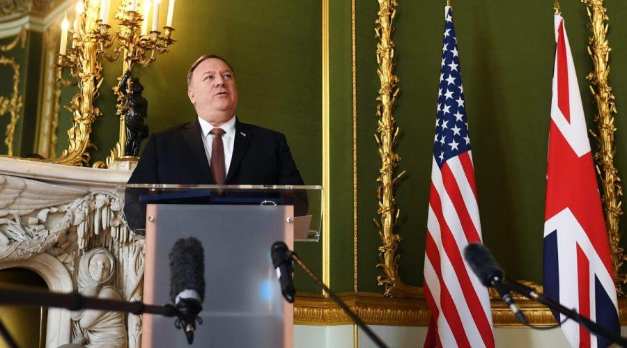 Státní tajemník USA Mike Pompeo hovoří během tiskové konference po setkání s britským ministrem zahraničí Dominicem Raabem v Lancaster House v Londýně 21. července 2020. (Peter Summers - WPA Pool / Getty Images)