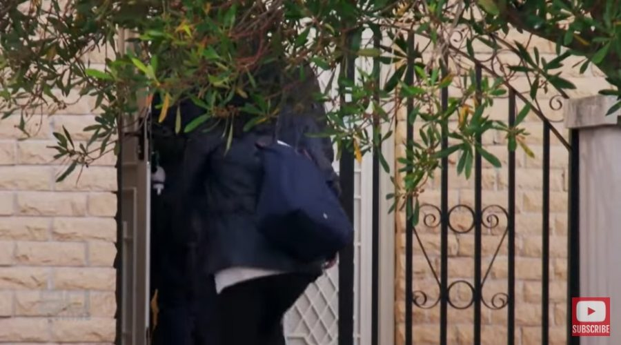 V Austrálii provedli razii v domě pročínského politika. (Screenshot YouTube)