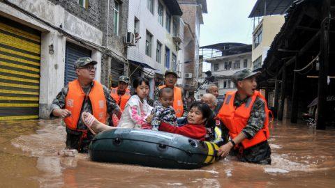 Čínu sužují rekordní povodně adalší přírodní pohromy