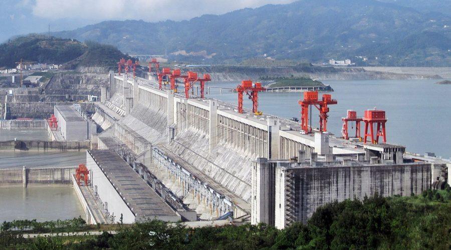 Přehrada Tři soutěsky zbudovaná na řece Jang-c'-ťiang. (Licence CC BY 2.0)