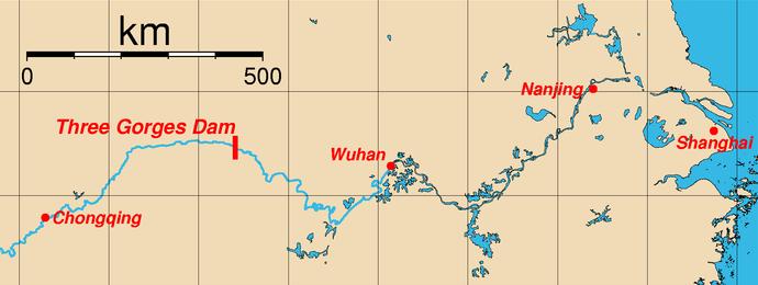 Mapa umístění přehrady Tři soutěsky a nejdůležitější města podél řeky Jang-c'-ťiang. (Licencce CC BY-SA 3.0)