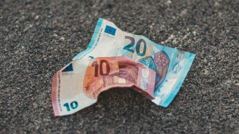 Nad silnicí na Zlínsku poletovalo 40 tisíc korun