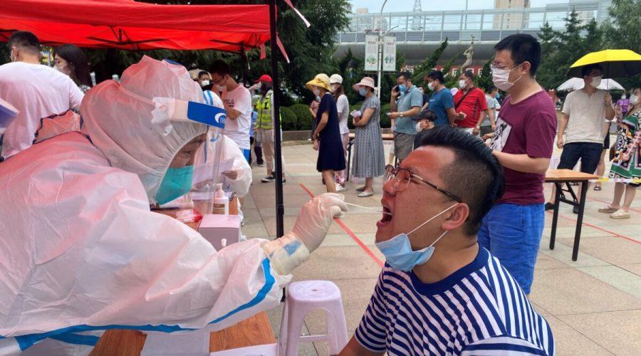 Zdravotnický pracovník provádí test na COVID-19 v čínském městě Ta-lien v severovýchodní provincii Liao-ning, 26. července 2020. (STR / AFP prostřednictvím Getty Images)