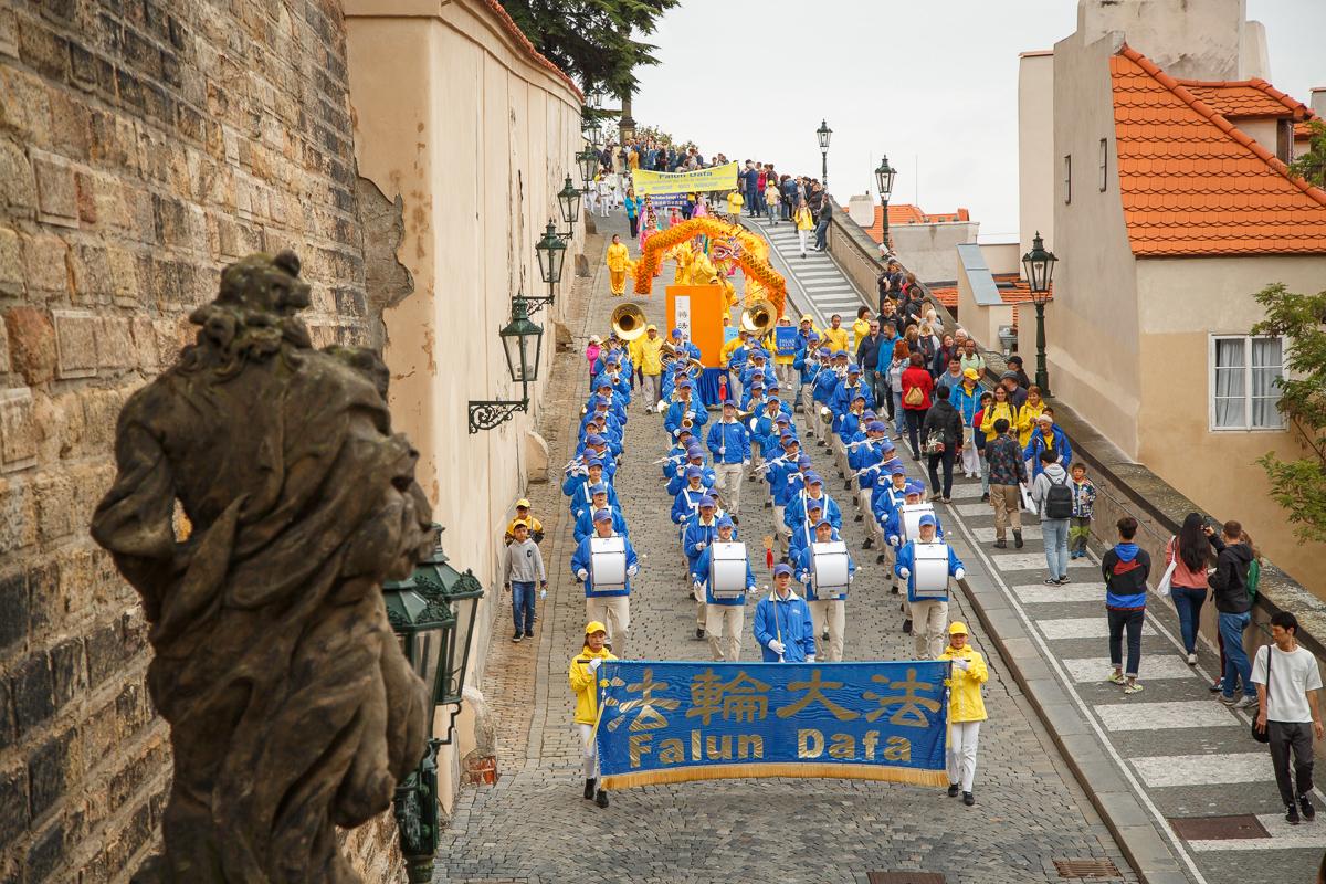 Orchestr vloni pochodoval z Pražského hradu. (Kamil Rakyta / Epoch Times)