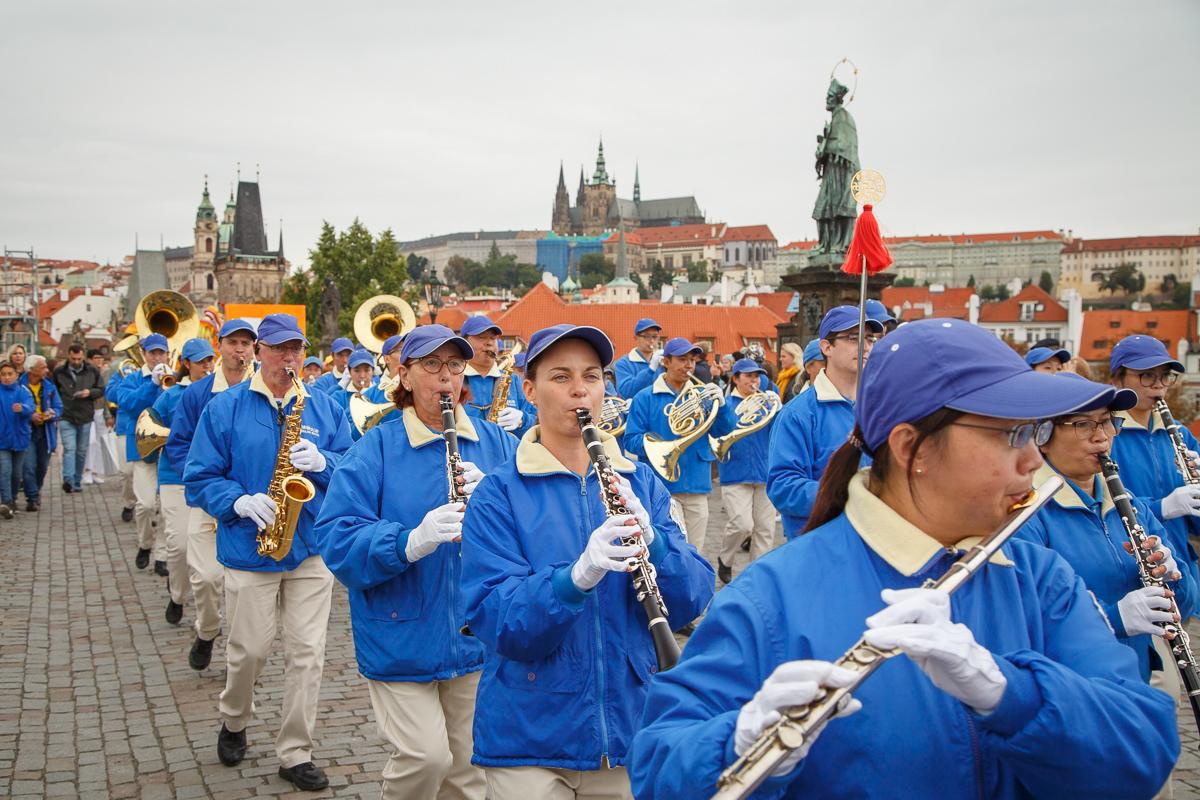 Nebeský pochodový orchestr na Karlově mostě, 2019. Orchestr vloni pochodoval z Pražského hradu. (Kamil Rakyta / Epoch Times)
