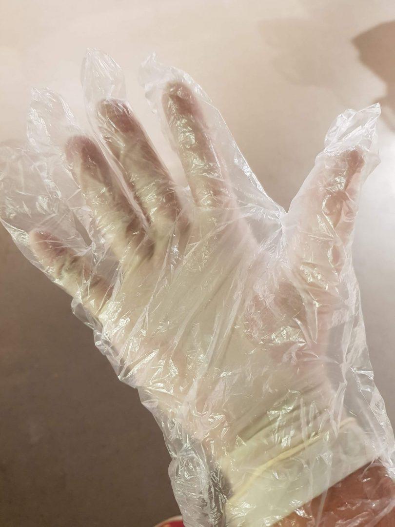 Plastové rukavice jako ochrana před koronavirem,