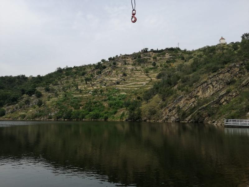 Do nepřístupného terénu musel hrázný pomocí jeřábu spustit člun. (ZZS JMK)