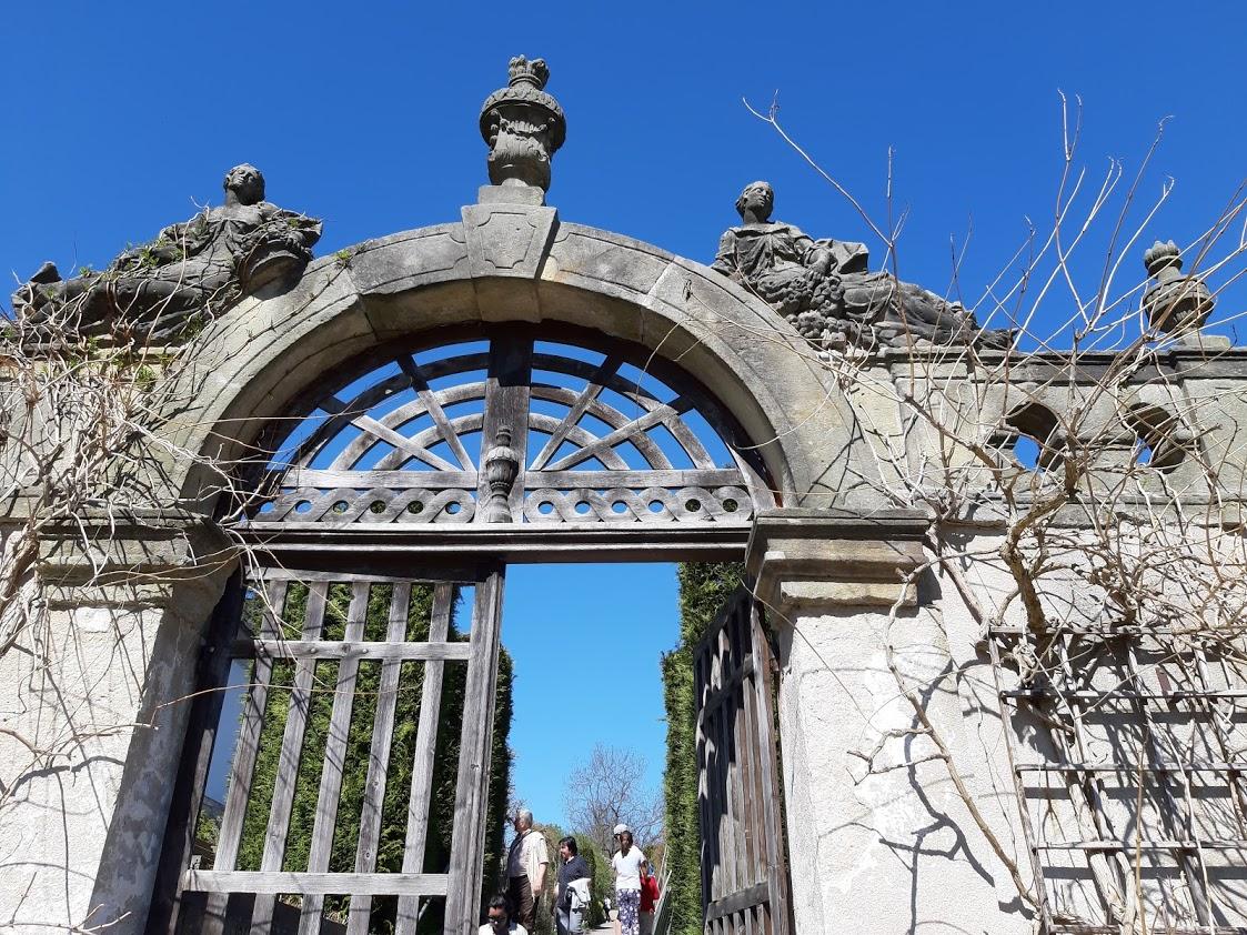 Brána v zahradě. (Z. Danková / ČR)