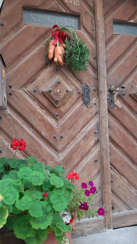 Svazky mrkvičky si místní na vratech tradičně vyvěšují během mrkvancové pouti.