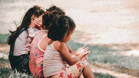 Výzkum: Děti se mstí přirozeně, zatímco vděku se musí učit