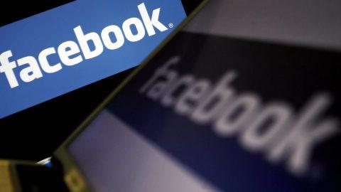 Pravicoví komentátoři protestují proti cenzuře Facebookových fact-checkerů