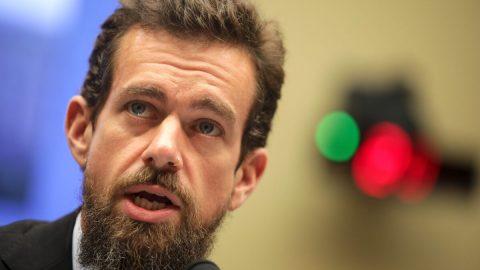 """USA: Soudní výbor Senátu zve """"na kobereček"""" šéfy Twitteru aFacebooku; potvrdil také nominaci Barretové"""