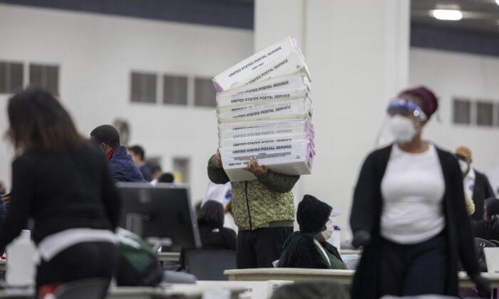Pracovníci volebního oddělení v Detroitu v TCF Center v Detroitu, Michigan, 4. listopadu 2020. (Elaine Cromie / Getty Images)