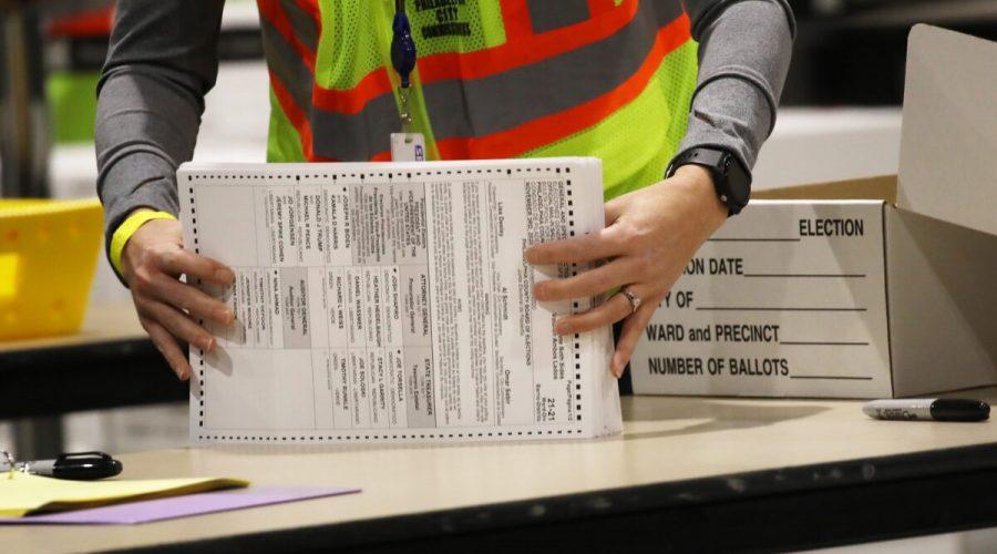 Volební pracovníci počítají hlasovací lístky, USA 4. listopadu 2020. (Spencer Platt / Getty Images)