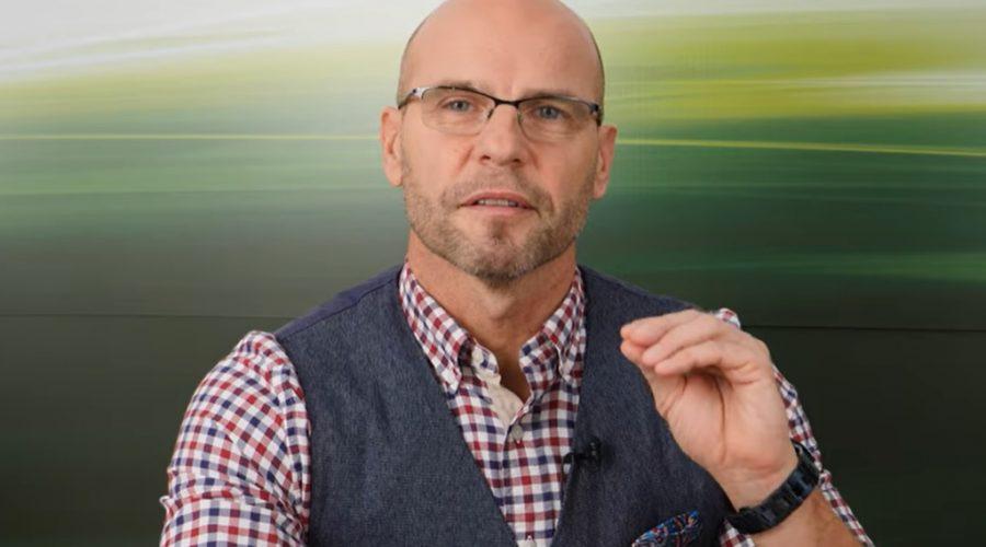 Slovenský patologický fyziolog Igor Bukovský radí, jak postupovat v případě, že jste po testování označeni jako pozitivní na přítomnost wuchanského viru SARS-CoV-2. (Screenshot YouTube)