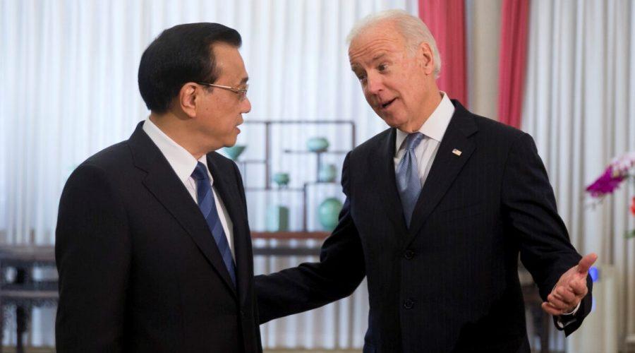 Bývalý americký viceprezident Joe Biden konverzuje s čínským premiérem Li Kche-čchiangem na diplomatické schůzce ve vládní čtvrti v Pekingu, 5. prosince 2013. (ANDY WONG / AFP prostřednictvím Getty Images)