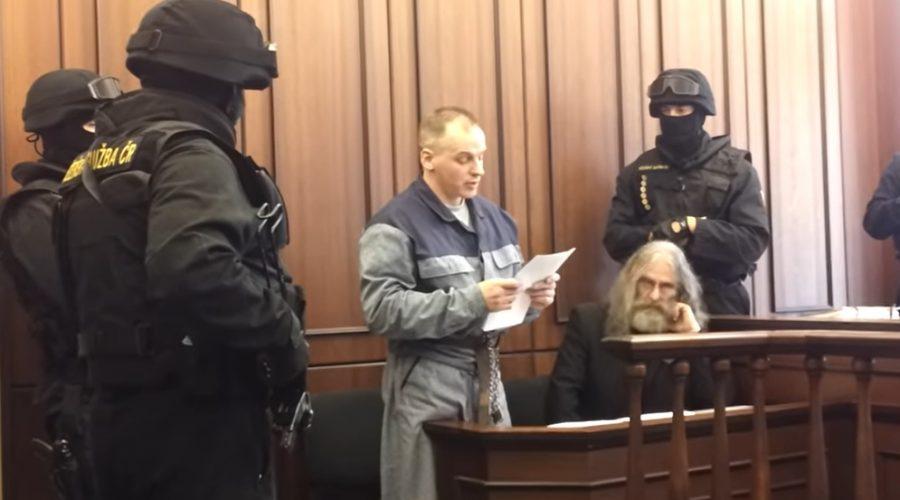 Robert Tempel byl pravomocně odsouzen na doživotí za dvojnásobnou vraždu. Krajský soud v Plzni Tempela 4x osvobodil a Vrchní soud v Praze rozhodnutí 4x zrušil. Řízení trvalo celkem deset let a jeden měsíc. (Screenshot/YouTube)
