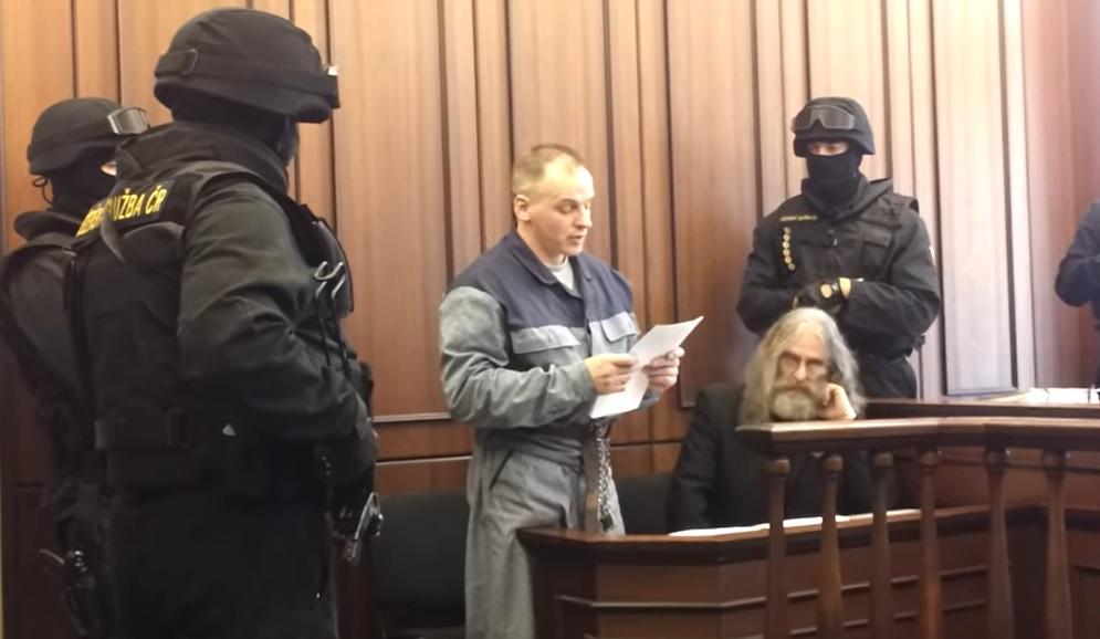 Robert Tempel byl pravomocně odsouzen na doživotí za dvojnásobnou vraždu. Krajský soud v Plzni Tempela 4x osvobodil a Nejvyšší soud rozhodnutí 4x zrušil. Řízení trvalo celkem deset let a jeden měsíc. (Screenshot / YouTube)