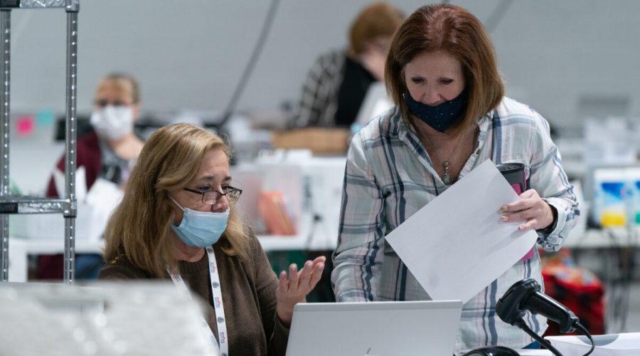 Volební personál třídí hlasovací lístky v rámci přípravy na audit v kancelářích pro registraci voličů a volební kanceláře v okrese Gwinnett v Lawrenceville v Georgii, 7. listopadu 2020. (Elijah Nouvelage / Getty Images)