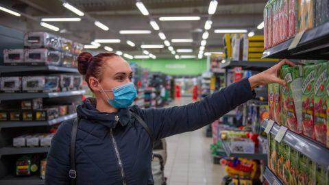 ČR: Prodejny spotravinami kvůli novému opatření očekávají odpoledne fronty