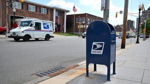 """USA: Pracovník pošty obviněn poté, co byl zatčen s""""ukradenými"""" hlasovacími lístky"""