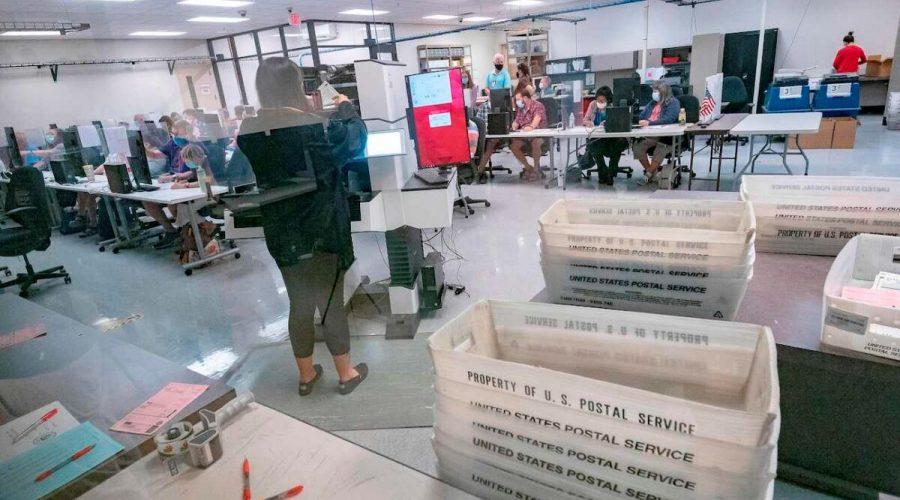 Pracovníci počítají hlasovací lístky uvnitř volebního oddělení okresu Maricopa, Phoenix, Arizona, 5. listopadu 2020. (Olivier Touron / AFP prostřednictvím Getty Images)