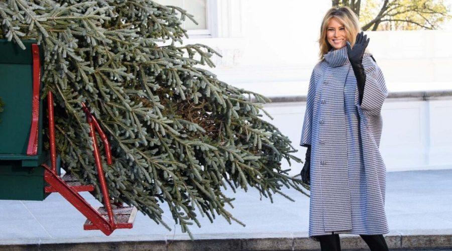 První dáma Melania Trumpová dohlíží na slavnostní přivezení vánočního stromečku do Bílého domu. (Nicholas Kamm/AFP via Getty Images)