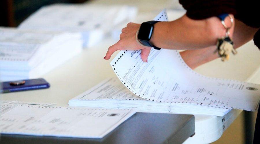 Volební pracovníci začali zpracovávat hlasovací lístky, Pennsylvánie, 3. listopadu 2020. (Kena Betancur / AFP prostřednictvím Getty Images)