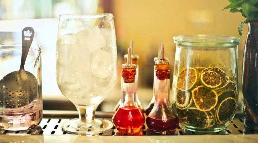 Čím nahradit alkohol při vaření? Hroznovou šťávou, nealkoholickým pivem nebo višňovým džusem. (Andrea Piacquadio / Pexels)
