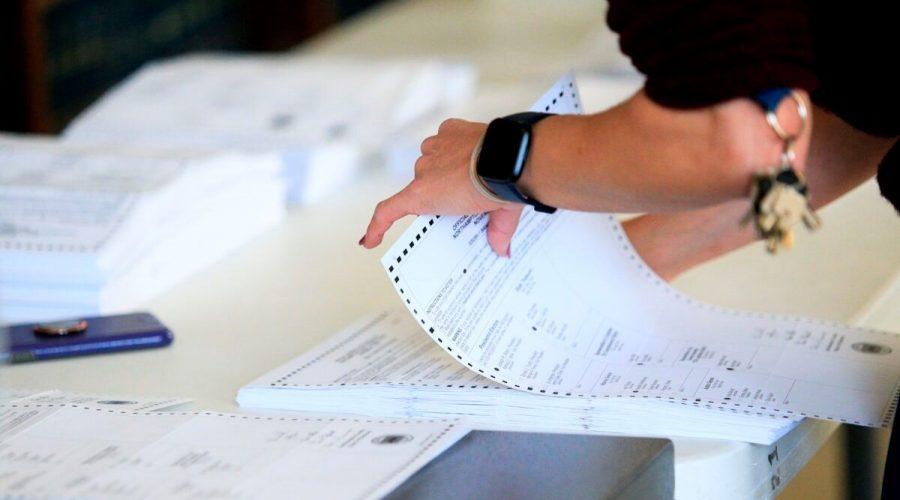 Volební pracovníci zpracovávají hlasovací lístky, 3. listopadu 2020. (Kena Betancur / AFP přes Getty Images)